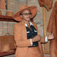 Mlle Kabatesi portant des habits en ficus dans sa boutique au Musée vivant