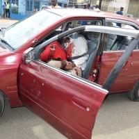 Les corps sans vie des deux victimes gisants dans leur voiture