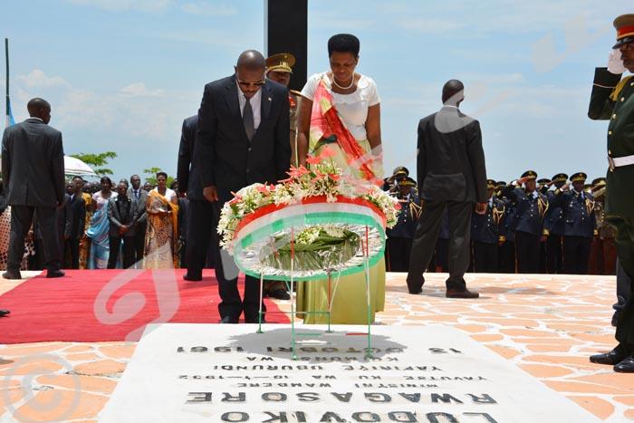 Mardi, 13 octobre 2015 - Commémoration du 54ème anniversaire de l'assassinat du Prince Louis Rwagasore, héro de l'indépendance du Burundi. Le couple présidentielle dépose une gerbe de fleurs au mausolée ©ON.I/Iwacu