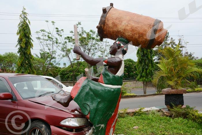 Lundi, 26 octobre 2015 - Une voiture Toyota Carina TI a cogné la statue d'un tambourinaire près de la Nonciature ©ON.I/Iwacu