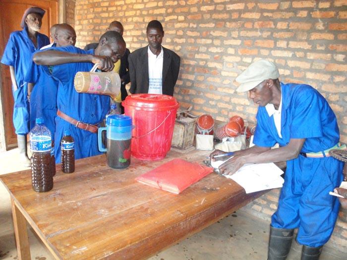 Les employés de l'APRN en train de servir du miel à des clients