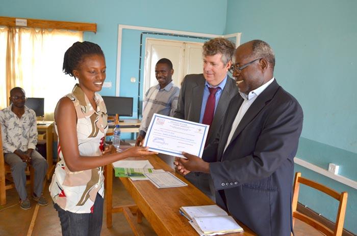 Un des participants en train de recevoir son certificat des mains de M. Thouard