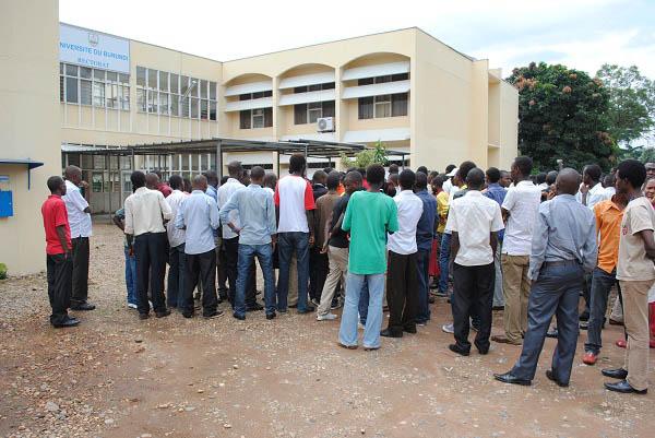 Des étudiants devant l'un des locaux de l'université du Burundi