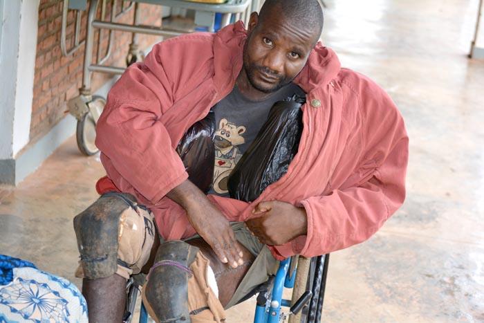 Joseph Barakekenwa, 45 ans, indigent, il ne voit pas où aller s'il advenait que l'hôpital ferme définitivement.