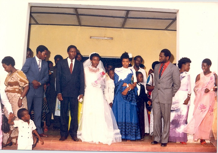 Président Melchior Ndadaye (en cravate rouge) aux cérémonies du premier mariage de Sylvestre Ntibantunganya, son compagnon de lutte de tous les temps.