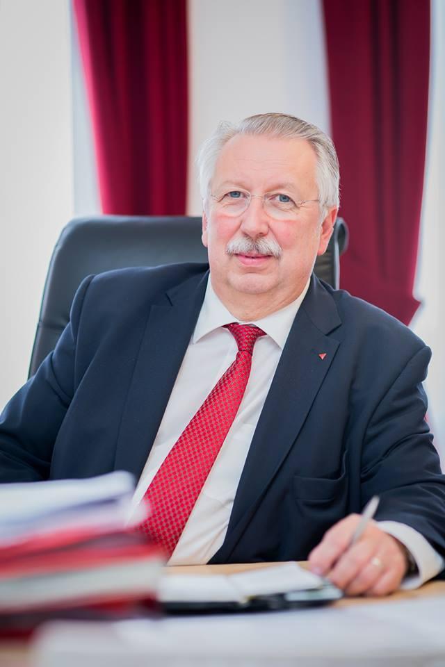 Mr. André Flahaut Ministre d'État Président honoraire du Parlement Ancien Ministre de la Défense Ministre de la Fédération Wallonie-Bruxelles