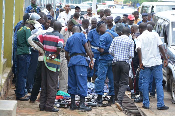 Attroupement autour des criminels tués et des armes récupérées