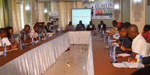 Table ronde rassemblant des jeunes, des officiels et des décideurs économiques