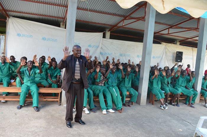 Térence Mbonabuca bat les mains, à l'unisson avec les détenus libérés
