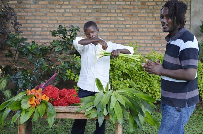 Préparation d'un bouquet de fleurs avant livraison