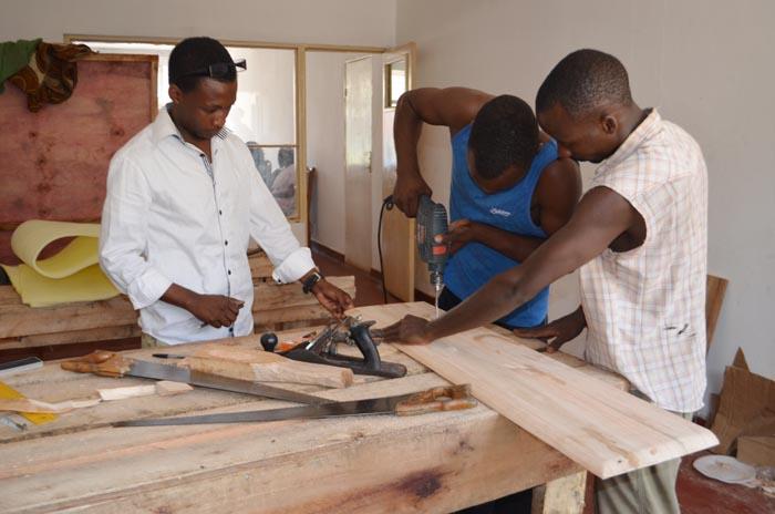 « Nous proposons des meubles adaptés aux besoins de nos clients », assure Jean-Marie Ndabituyimana (à gauche)