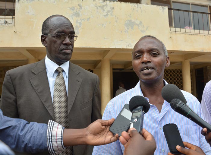 Me Onésime Kabayabaya(à gauche) : «C'est une première que des avocats soient convoqués devant le ministère public pour une affaire d'absence à une audience publique.»