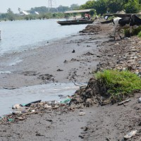 Un caniveau conduisant des déchets provenant de l'usine Afritan vers le lac Tanganyika.