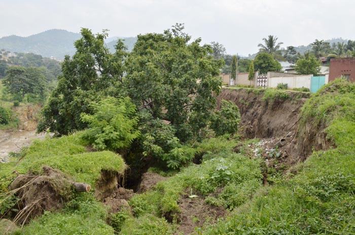 Le long de la rivière Ntahangwa, des habitations au bord du ravin
