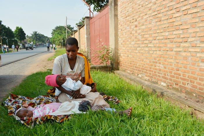 Avec ses deux nourrissons, elle mendie sous un soleil accablant
