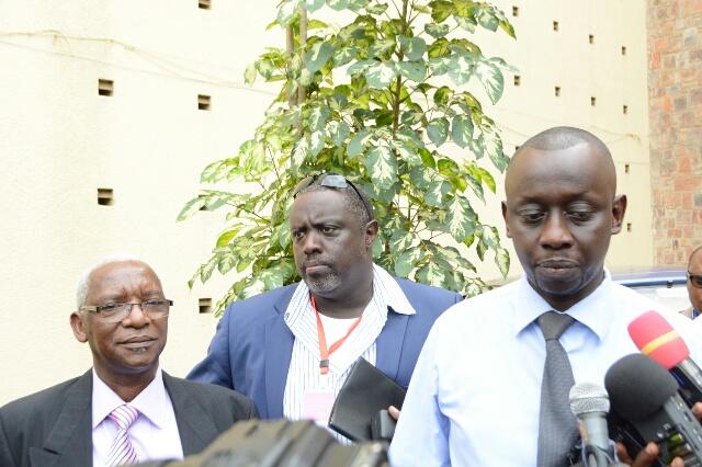 Antoine Kaburahe au milieu de ses avocats (Maîtres Segatwa et Nsabimana) à la sortie du parquet en novembre dernier. Le journaliste est poursuivi pour implication dans le «coup d'Etat de mai dernier»