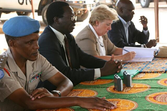Le Général Ngwebi en compagnie de l'ancien gouverneur de Bujumbura Rural Ignace Ntawembarira et Carolyn Mac Askie, Représentante spéciale du SG des Nations Unies au Burundi © Martine Perret ONUB