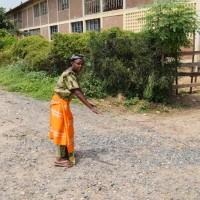 Sababu Bucumi montrant l'endroit où son mari a été électrocuté.
