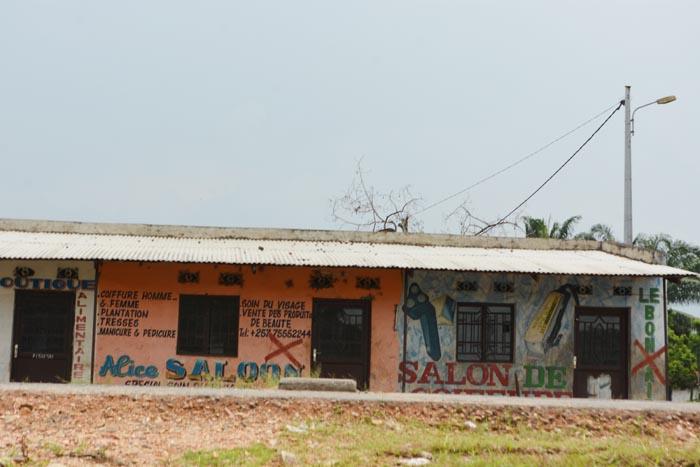 Des salons de coiffures et des boutiques fermés le long de la RN9 qui divise les quartiers Mutakura et Cibitoke.