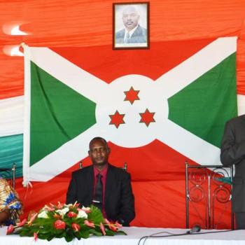 Festus Ntanyungu (debout) rappelle les différentes crises post-électorales que le pays a connues. Au milieu: François Nkengurutse (vice-président CNDI) et la gouverneure.