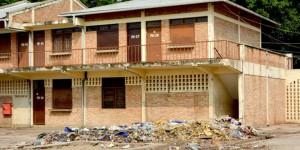Au marché de Kinindo, les immondices sont toujours entassées à l'intérieur du marché.