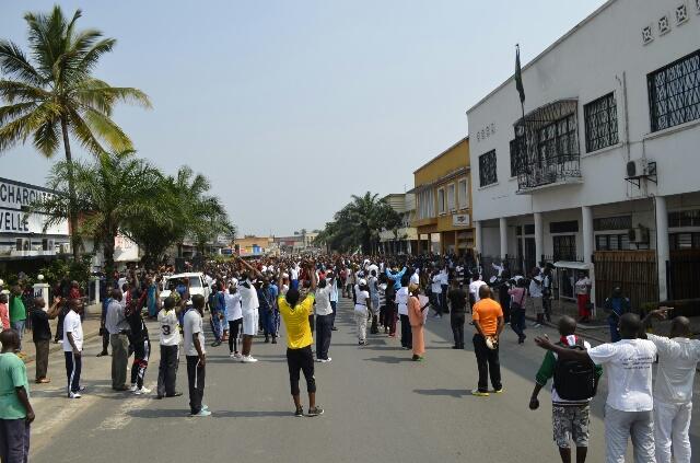 Les manifestants «vomissent» (gutera ivyatsi) le président Kagame devant l'ambassade du Rwanda.