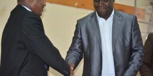 Après la signature de l'acte d'engagement, Claude Nkurunziza, directeur de la radiotélévision Rema, serre la main du président du CNC Richard Giramahoro.