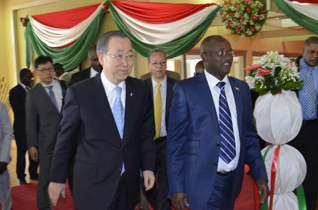 Ban Ki-Moon a été accueilli à l'aéroport international de Bujumbura par le 1er vice-président de la République, Gaston Sindimwo.