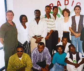 Antoine Kaburahe ( debout, le 3ème à partir de la gauche) lors d'une visite de Bernard Kouchner, le promoteur de la radio