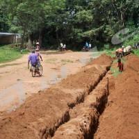 Les manśuvres en train de creuser sur une des routes menant vers l'hôpital de Gitega