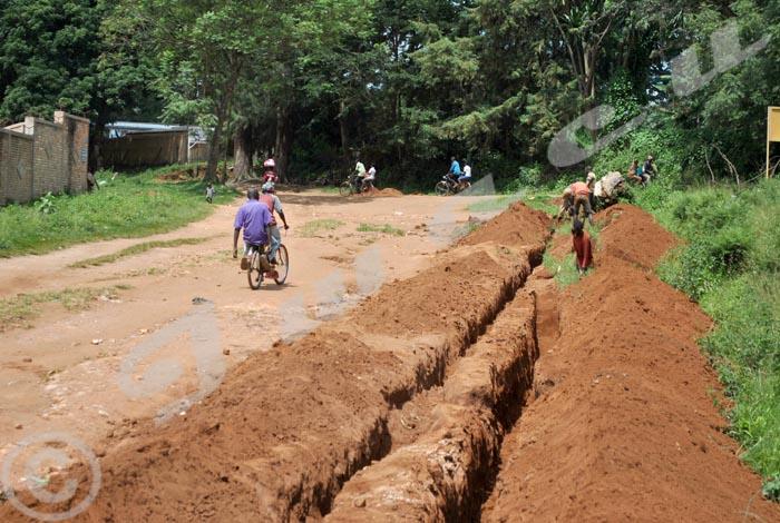 Les manoeuvres en train de creuser sur une des routes menant vers l'hôpital de Gitega