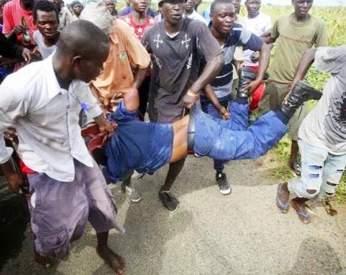 La policière en train d'être battue par les manifestants à Buterere.