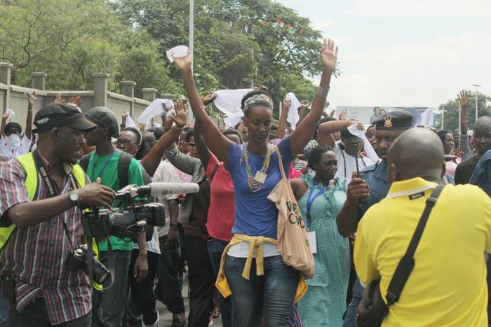 Ketty Nivyabandi (en bleu) levant les bras, lors des manifs des femmes au centre-ville.