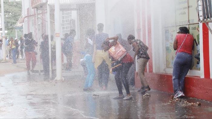 La police aspergeant d'eau les manifestantes contre le 3ème mandat.
