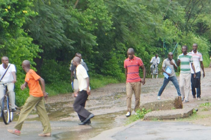 Avec leur tête rasée, les « puants» sortent du campus Rohero.