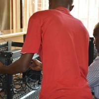 Des techniciens de la radio Isanganiro en train d'évaluer les dégâts