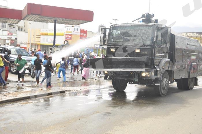 Le 13 mai 2015, des manifestantes ayant pénétré dans le centre-ville de Bujumbura, sont malmenées par la police
