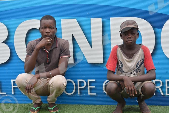 Augustin, 20 ans (à gauche), et Ndayizeye, 14 ans, (à droite): deux jeunes du centre.