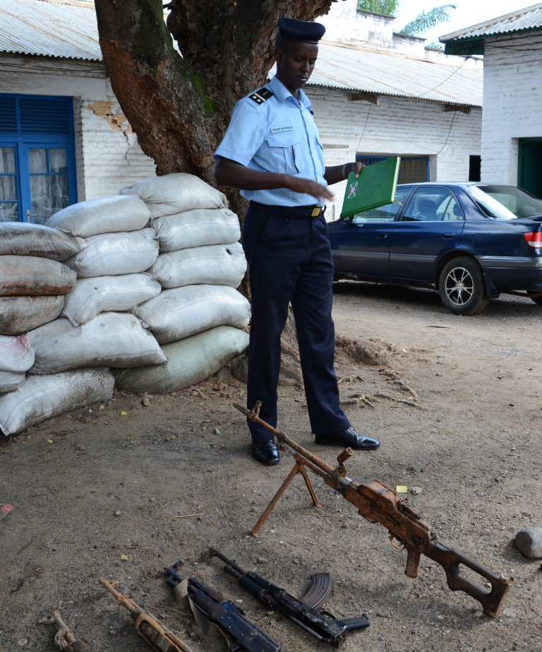 Moïse Nkurunziza présentant les armes saisies