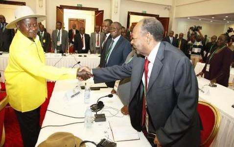 Le président ougandais salue l'ancien président Bagaza présent aux cérémonies de reprise du dialogue inter-burundais