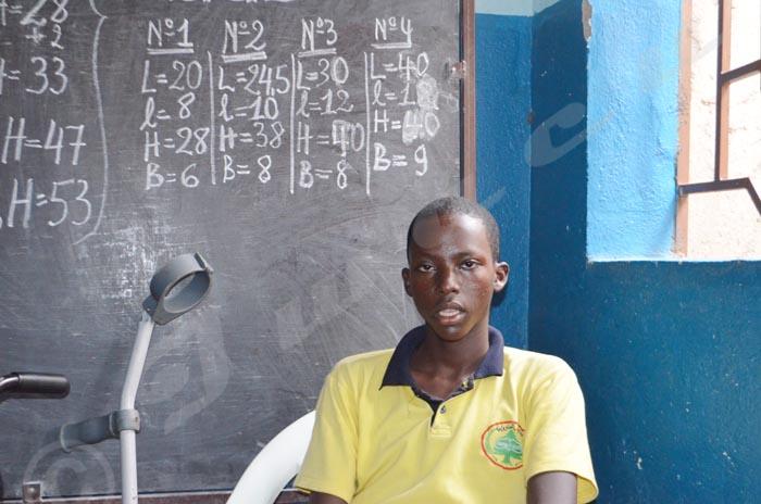 En moins de deux mois, Thierry Nsabumukama   se dit fier d'avoir appris à fabriquer ces emballages
