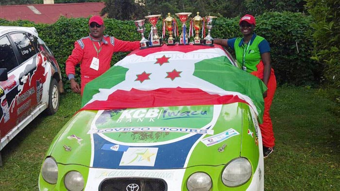 L'équipage de Zamin Mwanateba du Burundi exhibant les trophées remportés au rallye de Kabale