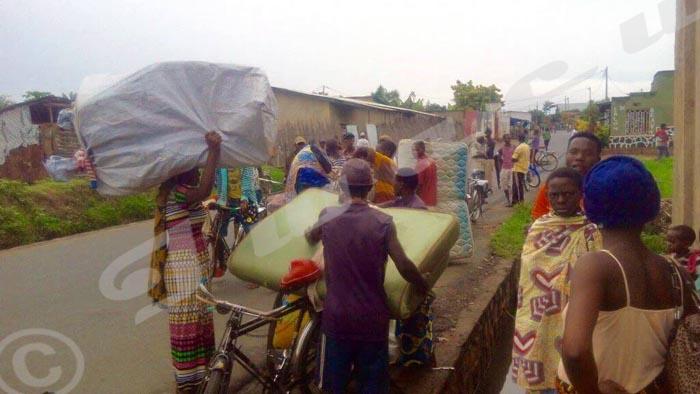 Des habitants du quartier Mutakura fuyant les confrontations entre jeunes manifestants et policiers