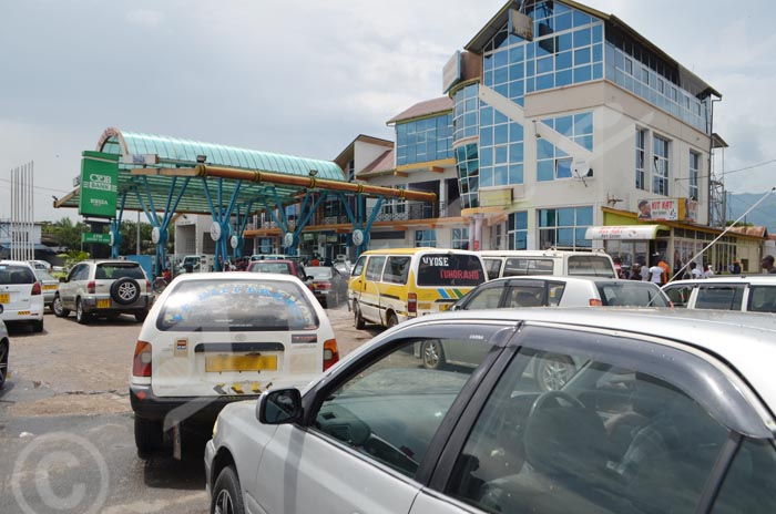 A la station-service King star, une file interminable de véhicules attendent d'être servis