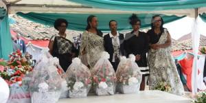 La famille de feu Jean Baptiste Bagaza après avoir déposé quatre gerbes de fleurs sur sa tombe