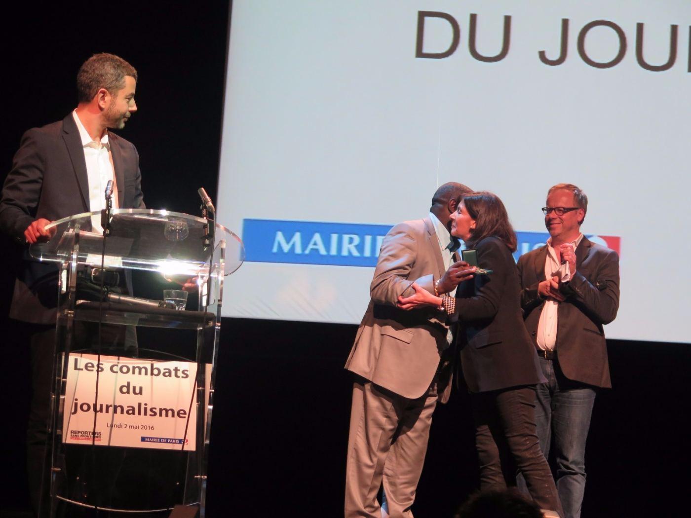 La maire de Paris, Anne Hidalgo, félicite Antoine Kaburahe après lui avoir remis la médaille d'honneur de la ville