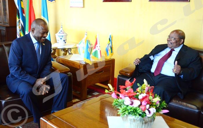 Selon une certaine opinion, la médiation de Benjamin Mkapa (à droite)  joue le jeu du gouvernement.