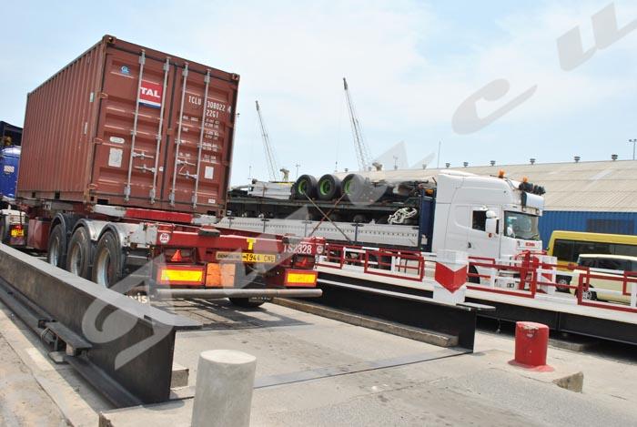Camions qui passent sur le pont-bascule pour le pesage