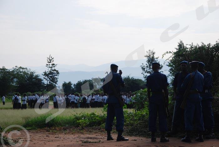 Des gens arrêtés et rassemblés tout près de l'école fondamentale Musaga.