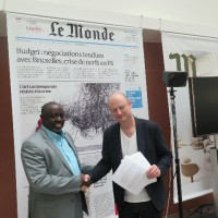 Antoine Kaburahe et Serge Michel échangent les contrats d'engagement